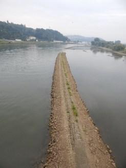 Damm in der Donau bei Niedrigwasser