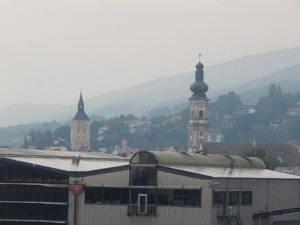 Das Deggendorfer Rathaus und Heilig Grabkirche St. Peter und Paul