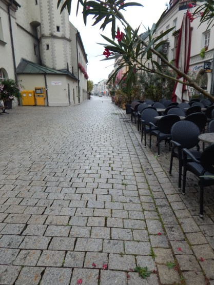 Ein Blick von den Cafés neben dem Rathaus in Richtung Luitpoldplatz