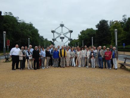 Reisegruppe am Atomium in Brüssel