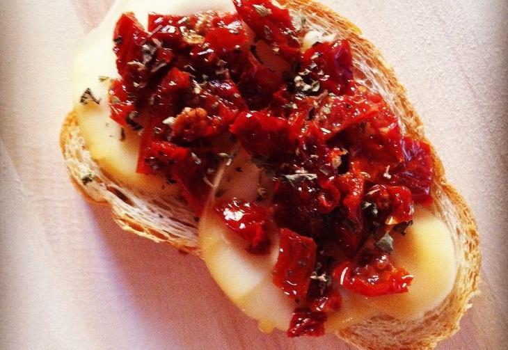 Ricetta Crostino pomodori secchi e provola