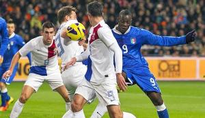Italy's Balotelli fights for the ball with Netherlands' Strootman, De Vrij and Van Persie during their international friendly soccer match in Amsterdam