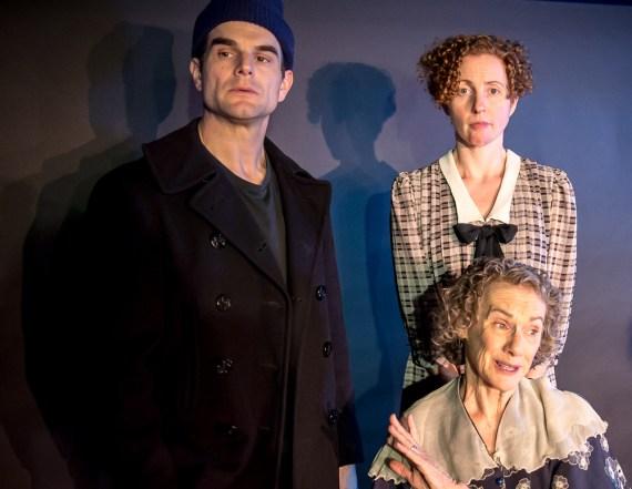 Greg Crane as Tom Wingfield, Carolyn Arnold as Laura Wingfield, seated Tamar Cohn as Amanda Wingfield