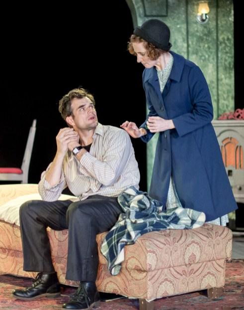 Greg Crane as Tom Wingfield, Carolyn Arnold as Laura Wingfield