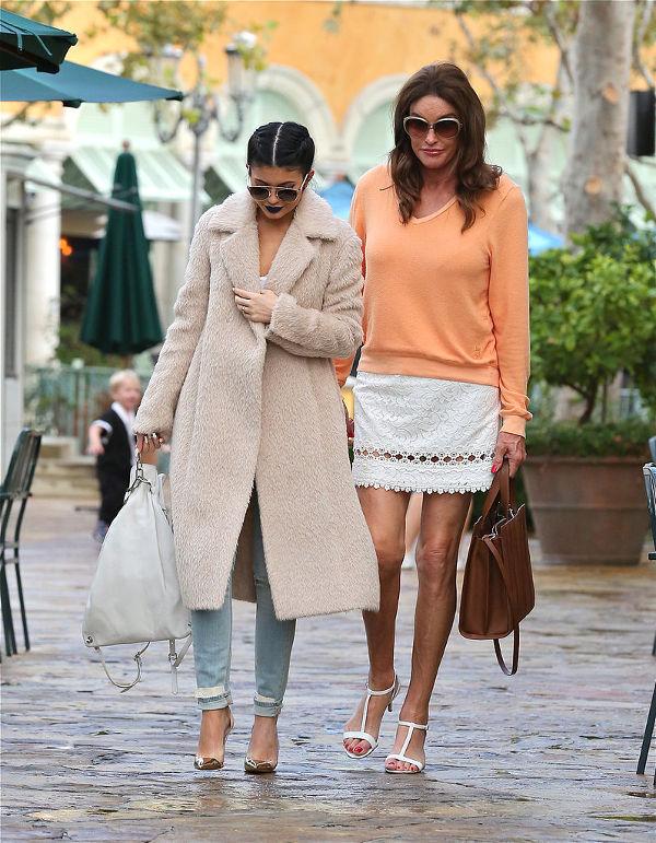 Bruce Jenner si una din fiicele sale la o plimbare