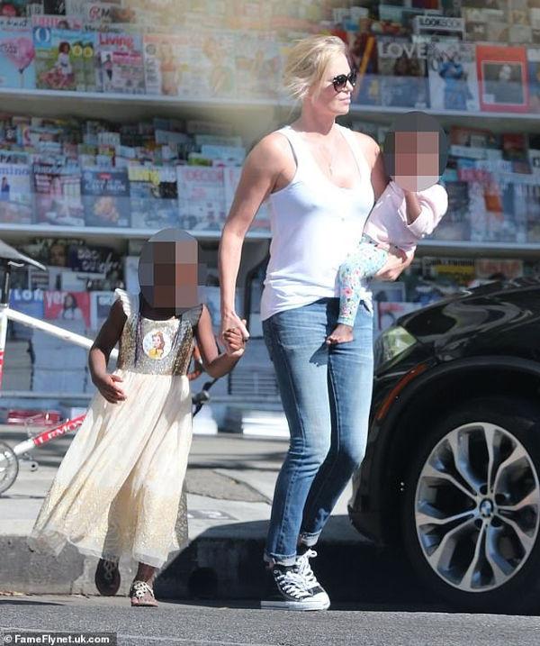 Charlize Theron își crește băiatul ca pe o fată