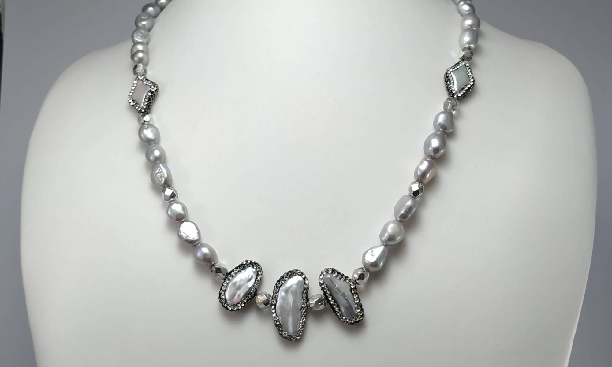 Collana lunga elegante perle barocche di fiume color grigio con  distanziatore cristalli e perle con strass. 7e7b65caf7b0