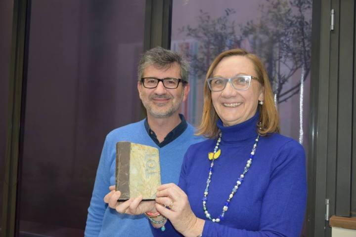Montse Moral recibiendo el Premio Personaje del Año en la Redacción del Diario TOT Sant Cugat
