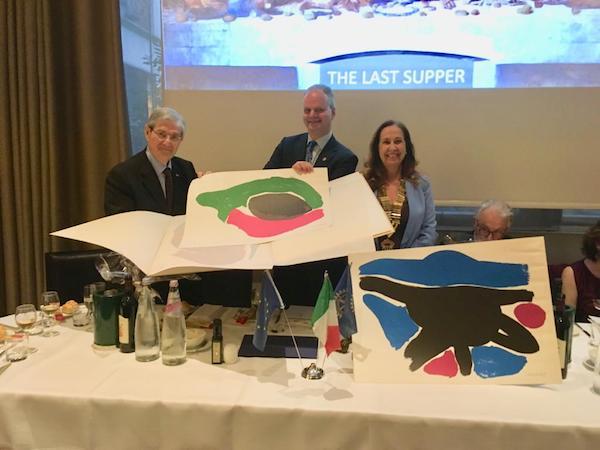 Claudio De Polo consegna due litografie della F.lli Alinari a Eike Schmidt