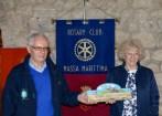 15.Rotary COAST TO COAST - Rodolfo Torri R.C. Orbetello, organizzatore, dona a Costanza Soprana pesidente R.C. Massa Marittima la targa ricordo