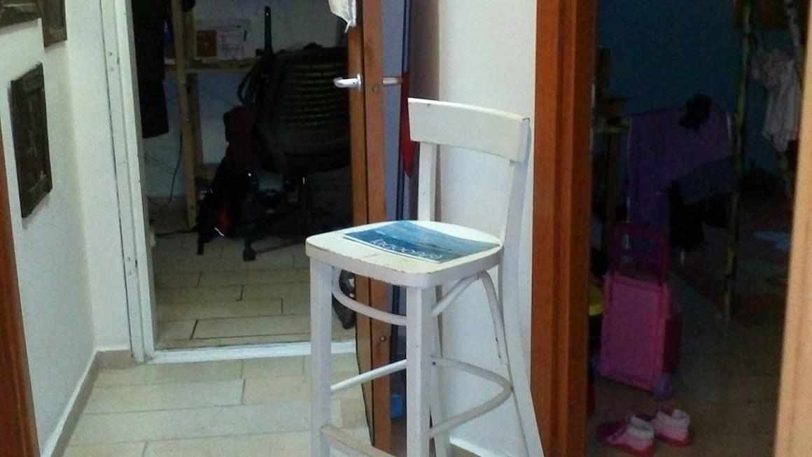 בעזרת כסא לבן ישן