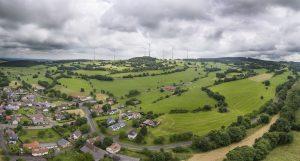 Windkraftanlagen (WKA) im Bruthabitat des Rotmilans; ein konfliktreiches Thema. @ pixeldiversity