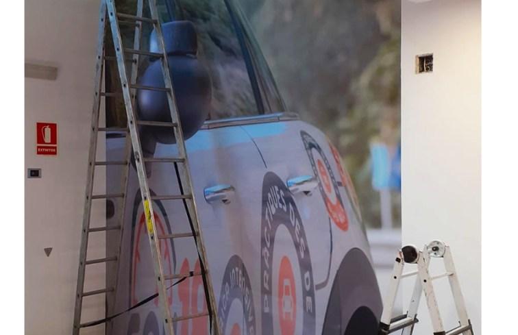 impresion de gran formato en pared con el diseño de un coche de la misma autoescuela soy 18 de vilafranca del penedes