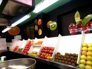 Trabajo de diseño y rotulación con vinilo de corte y de impresión que hemos realizado para el puesto de frutería 'Frutas selectas'