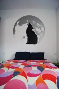 Así de impresionante queda nuestro diseño del lobo aullando a la luna en la pared de una habitación.