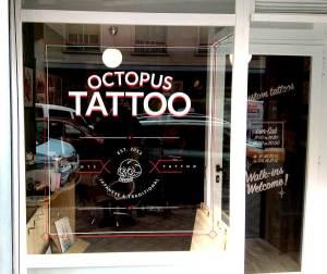 Rotulación estilo vieja escuela con vinilo de corte que hemos realizado para el estudio de tatuajes Octopus Tattoo.