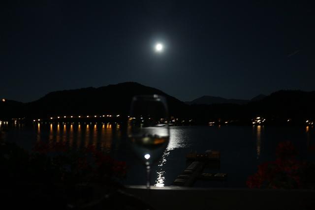 Weinglas im Mondschein
