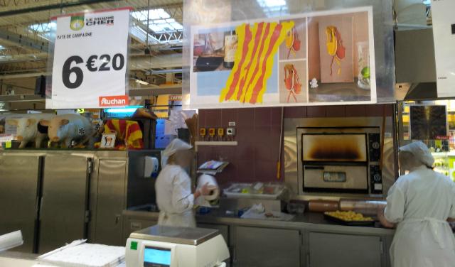 """Au rayon traiteur et charcuterie à Auchan Perpignan, affichage des """"Vigatanes bicolores"""" : Tableau de Carole Alexandre"""
