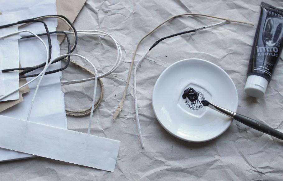 Recycler les anses de sac en papier pour réaliser les tiges des fleurs