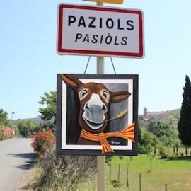 Le portrait de Célestin accrochait sur le panneau de signalisation de l'entrée du village à Paziols.