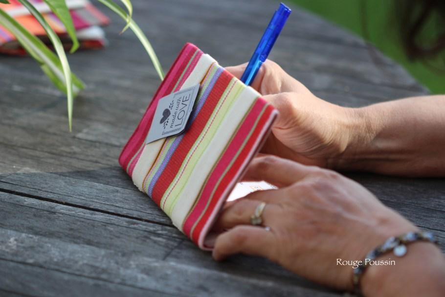 Présentation du porte-chéquier de couleur à dominance rose