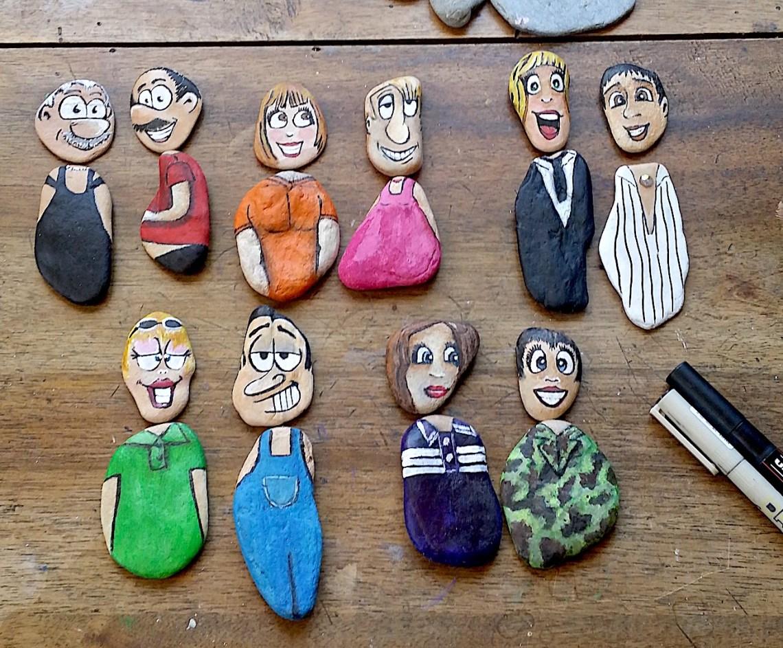 Une dizaine de galets peints représentant des personnages