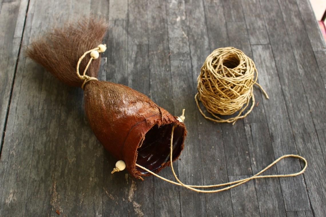 Finition du cache-pot par l'ajout de deux perles en bois