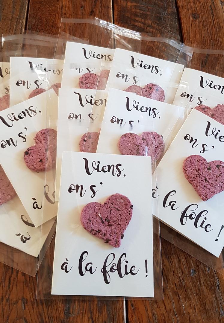 Cartes où l'on peut lire : Viens on s'aime (sème) à la folie avec un coeur ensemencé.