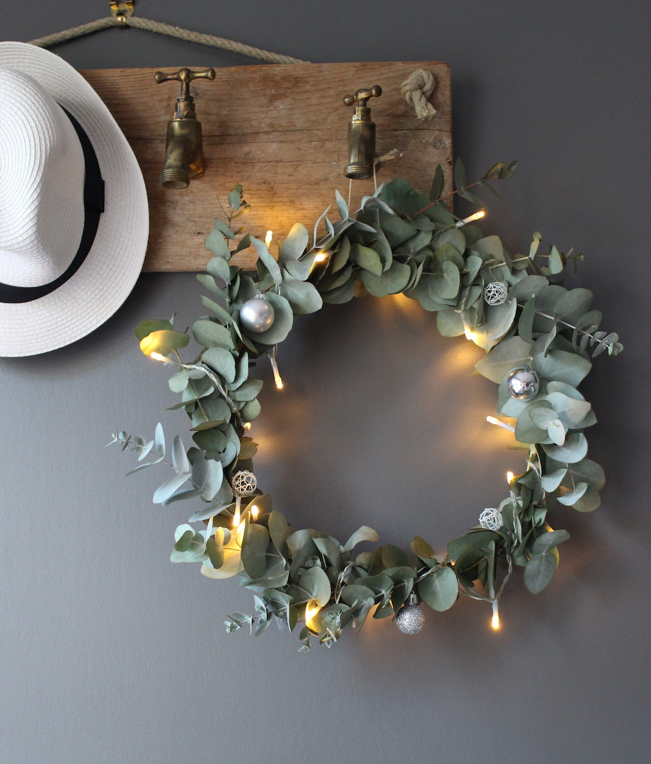 Style champêtre avec cette couronne de noël réalisée avec des branches d'eucalyptus