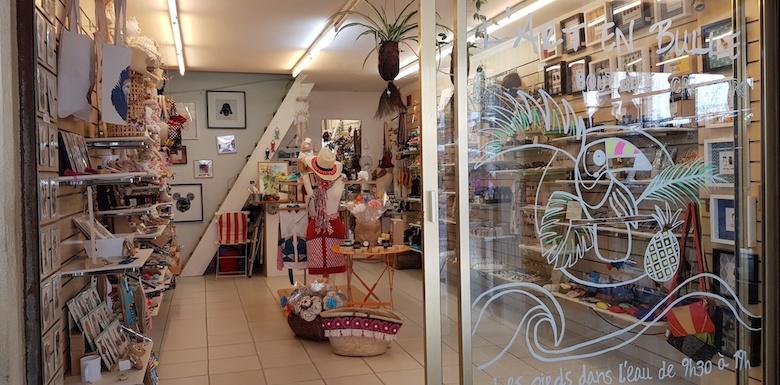 """Intérieur de la boutique de créateurs : """"l'art en bulle"""" à Canet plage, saison 2019"""