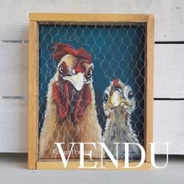 Tableau à l'acrylique d'un coq et sa poule présenté dans un cadre grillagé. Réalisé en juillet 2019, par l'artiste peintre Carole Alexandre.