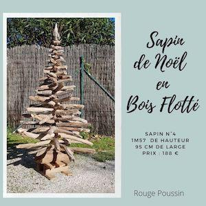Sapin de Noël entièrement réalisé avec du bois flotté ramassé en bord de mer. Il mesure 1m57 de haut et 95 cm de large