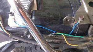 Branchement tout simple : relier le régulateur au cadre (fil bleu)