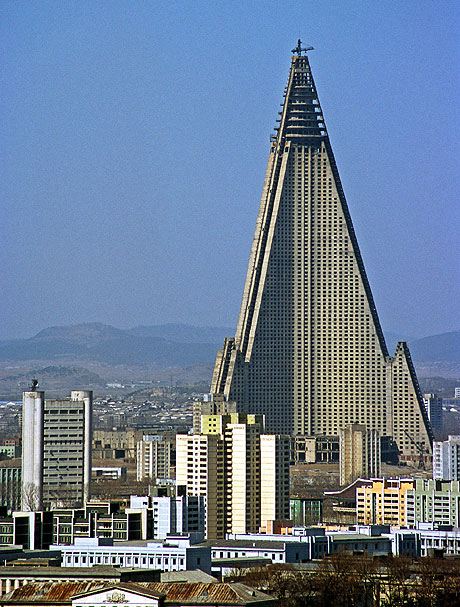https://i0.wp.com/www.roumazeilles.net/news/fr/wordpress/wp-content/uploads/2008/02/ryugyong-hotel.jpg