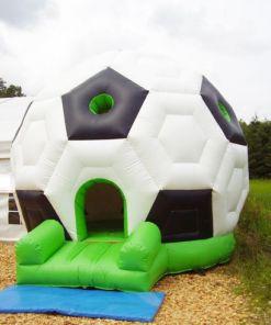 Großer Aublasbarer Fußball der im inneren ein Hüpfburg Sprungkissen hat