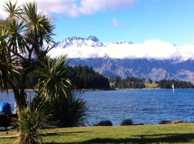 Queenstown walk in photos. Lake Wakatipu