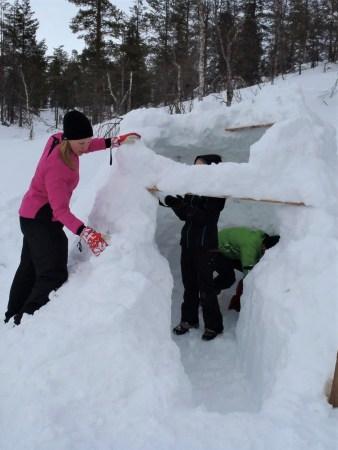 Ski tour in Lapland: building and igloo in Tuiskukuru