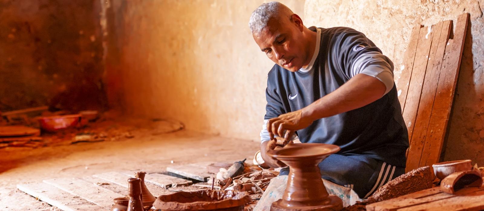 Un potier à l'oeuvre à Safi au Maroc - Les Routes du Monde