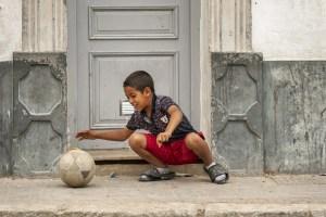 Jeune joueur de football à El Jedida au Maroc - Les Routes du Monde
