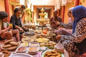 Repas traditionnel dans un Riad à Oualidia au Maroc - Les Routes du Monde