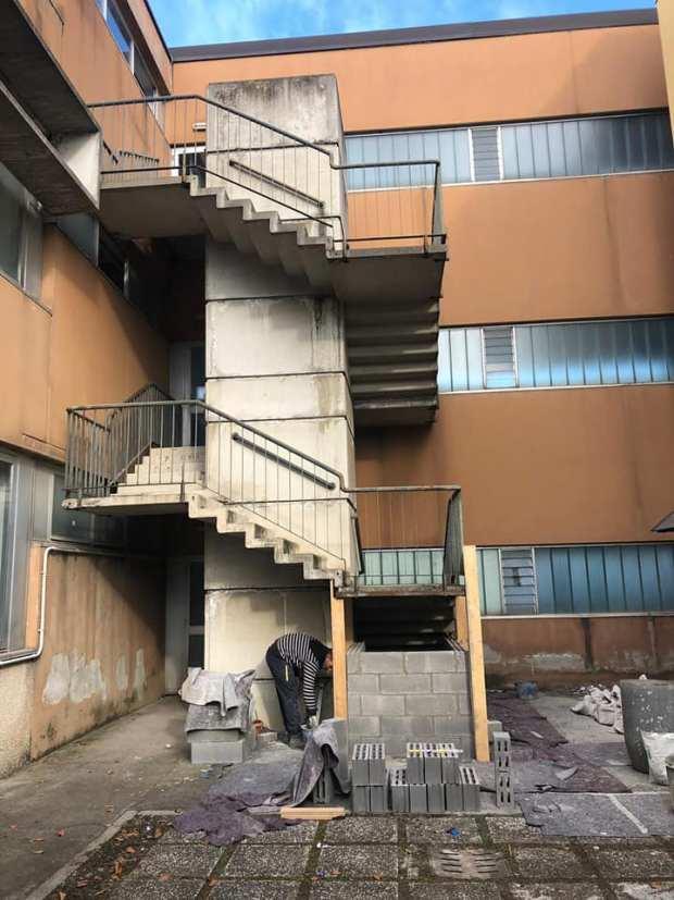 La scala delle scuole medie di Rovato, foto da pagina Facebook Comune