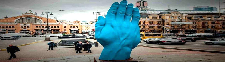 Ένα ντροπαλό «Seig Heil» στη θέση του αγάλματος του Λένιν