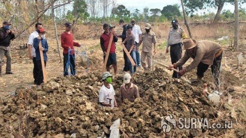 Αρνητές της μάσκας τιμωρούνται σκάβοντας τάφους