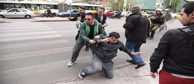 Ασφαλίτης πιάστηκε στα πράσα έξω από τη ΓΑΔΑ