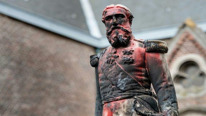 Βέλγιο: Την αποκαθήλωση αγάλματος του βασιλιά Λεοπόλδου Β' πέτυχαν οι διαδηλωτές