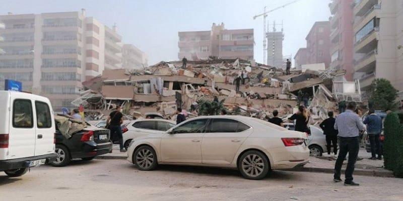 Δραματικές στιγμές και κατάρρευση πολλών κτιρίων στη Σμύρνη