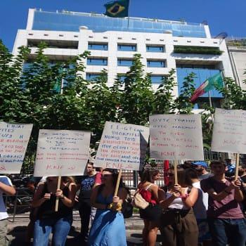 Δυναμική παρέμβαση της ΚΝΕ στην πρεσβεία της Βραζιλίας