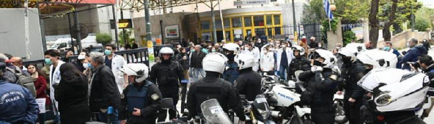 Ευαγγελισμός: Με χειροπέδες προσήχθη εργαζόμενη στο Αστυνομικό Τμήμα