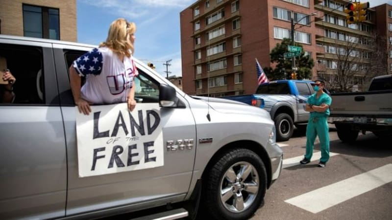 ΗΠΑ: Νοσηλευτές μπλοκάρουν διαδηλωτές κατά της καραντίνας