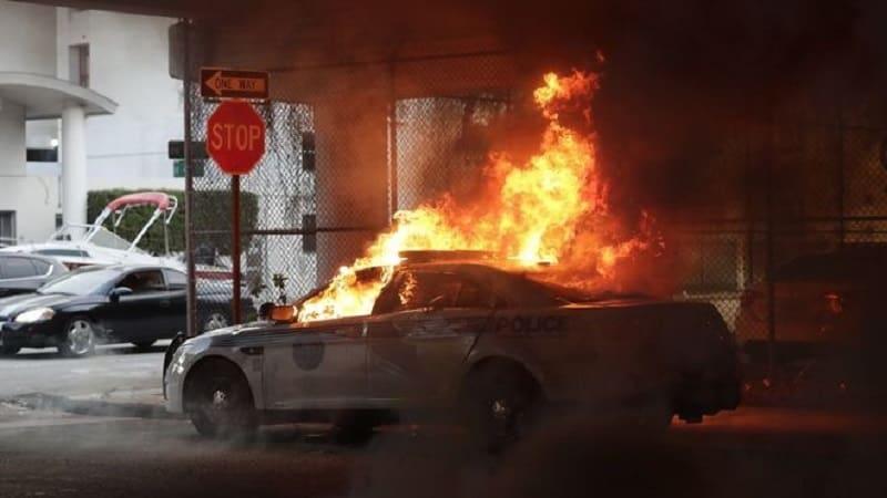 ΗΠΑ: Περιπολικό πέφτει πάνω σε διαδηλωτές σπάζοντας οδόφραγμα